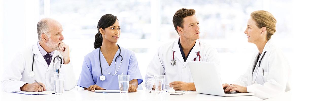 Ärztinnen und Ärzte beim Konsil