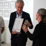 Elvira Bieri überreicht das T-Zertifikat